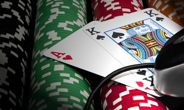Here Are 8 Reasons Why People Prefer to Play at Online Casinos